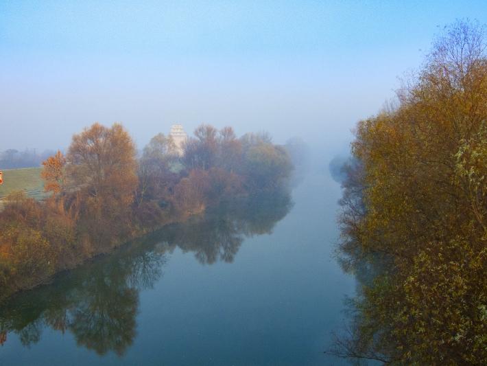 Őszi, ködös napfelkelte