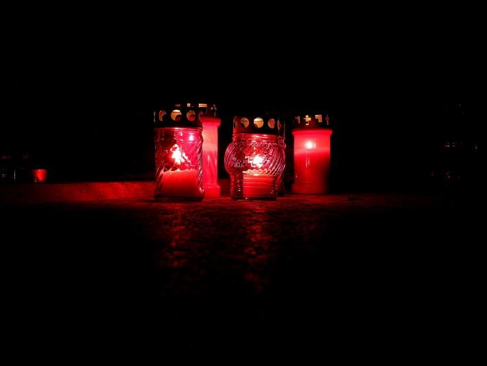Halottak napján égő gyertyák csodállatos fényei