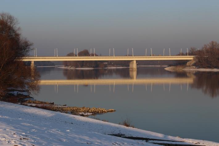 Híd a Duna parti naplementében
