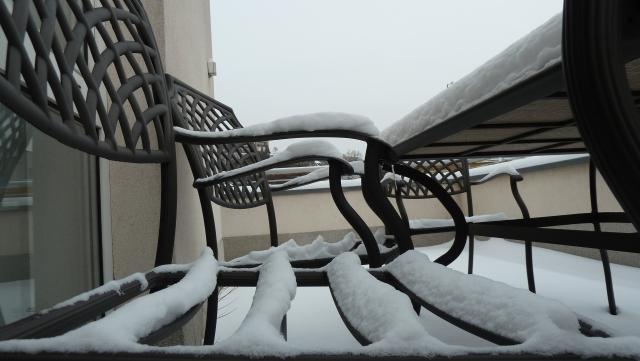 Szék a hó alatt